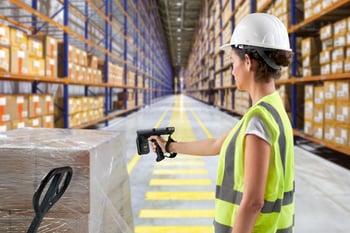 mc3390r-warehouse-woman-scanning-box
